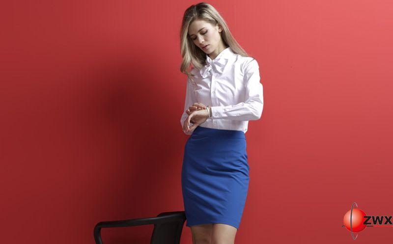 除了选择合适的白领职业装款式服装外,职业装的搭配也特别重要,都想摆脱职业装严肃与老套的装束,做为时尚潮流一族,白领职业装的搭配也可以适当活泼可爱有魅力一点。如果你想在冬季换个穿衣风格也是不错的选择,白领职业装是每个OL妹纸必备的武器。因为它不向别的衣服很挑身材。    一)简单的白领职业装 搭配浅色衬衫好素雅   女生不喜欢白领职业装的限制,但所谓着装上的的自由度每家公司尺度并不相同,受到公司文化、主管个人因素的影响,虽然不用穿职业制服,但服装上不见得能完全自主,社会新鲜人应征面试前,最好先调查清楚公