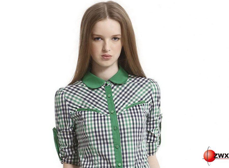 无论是韩范儿还是欧美范儿好像都离不开格子衬衫的衬托,如今被倒腾烂了的格子衬衫换个搭配方法感觉就不一样了,还有压箱子底儿的格子衬衫么?今儿拿出来派上用场吧!   今年最流行格子衬衫搭配方法:格子衬衫系在腰间,就是有一种说不出的帅气,如果你有一款格子衬衫,以平常的方式穿就太中规中矩了,一定要试试系在腰间,如果之前没有试过,今天就任性一把,相信我,随意的打个结,不用刻意整理,打造出一种不规则短裙的效果,看起来还能丰臀呢。   格子衬衫搭配是一门学问,格子衬衫也是一件永不会落伍的时装单品,即可以和传统的西装一